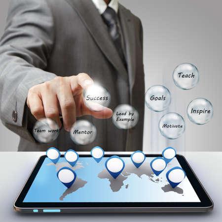 liderazgo empresarial: icono de cristal diagrama de éxito empresarial tacto de la mano del hombre de negocios