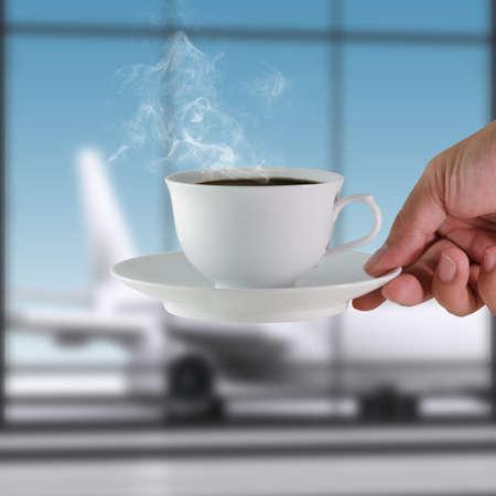 plane table: taza de caf� en el aeropuerto