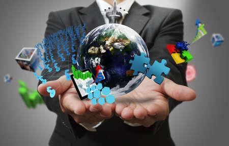 eficiencia: la mano del hombre de negocios muestra el mundo de los negocios como los elementos conceptuales de esta imagen proporcionada por la NASA Foto de archivo