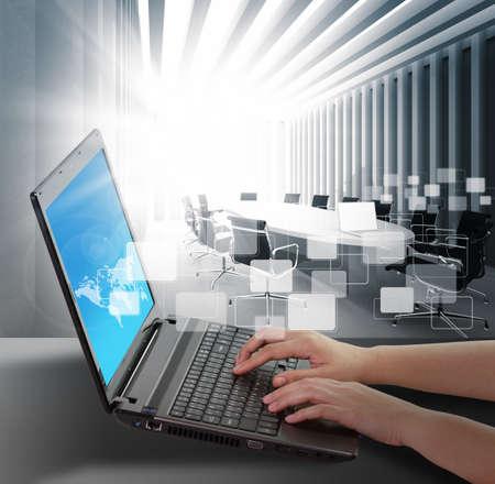 mecanograf�a: manos de una mujer escribiendo en un ordenador port�til Foto de archivo