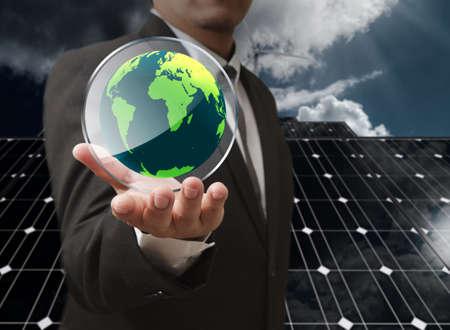 sustentabilidad: la mano del hombre de negocios muestran el escudo de vidrio tierra como concepto