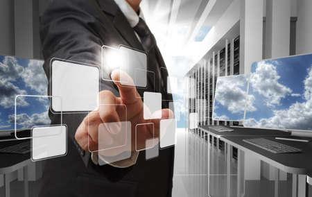 postazione lavoro: punto l'uomo d'affari mano al pulsante virtuale come concetto di rete nuvola