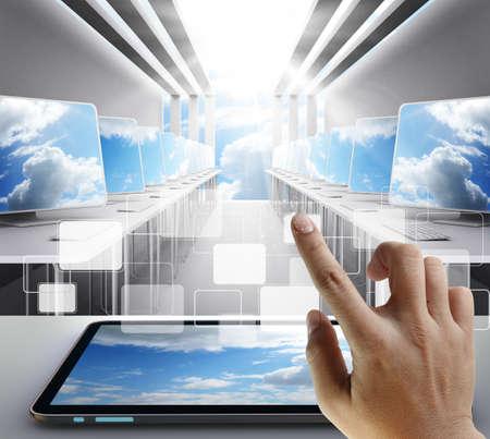 mano touch: tocco della mano sul pulsante come concetto di rete nuvola Archivio Fotografico