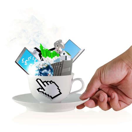 internet cafe: mano sostiene una taza de caf� con el signo de la mano del cursor y los objetos de negocio