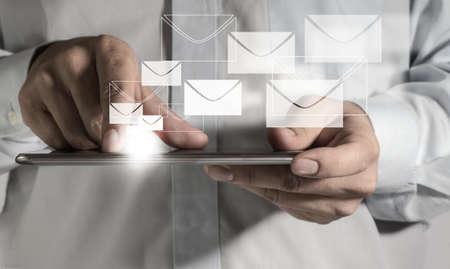 Email: Nahaufnahme von Gesch�ftsmann Hand halten Touch-Screen-Handy und E-Mail-Tasten