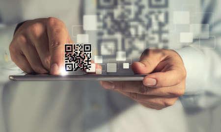 bar code reader: negocio de la mano del hombre con tableta de equipo de escaneo de c�digos QR Foto de archivo