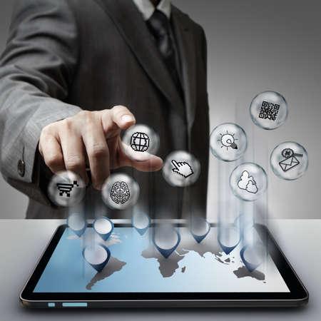 business man laptop: hombre de negocios por punto de pixel virtual muestra los iconos de internet concepto