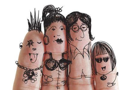padres e hijos felices: familia feliz con pintadas sonriente en los dedos humanos que van a la música de concierto Foto de archivo