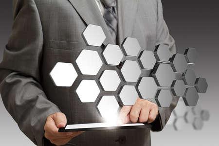 telecomm: la mano del hombre de negocios muestra los botones 3D abstractos