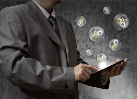 datos personales: Hombre de negocios toque de engranajes para el éxito de la computadora de pantalla táctil