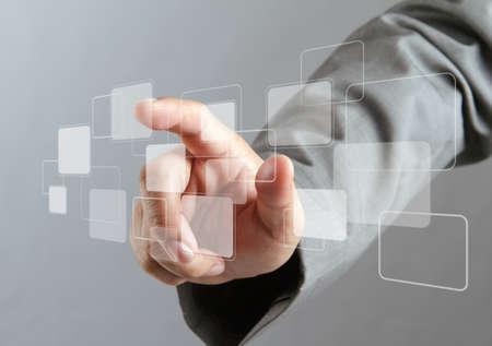 main de l'homme d'affaires poussant sur une interface à écran tactile virtuel Banque d'images