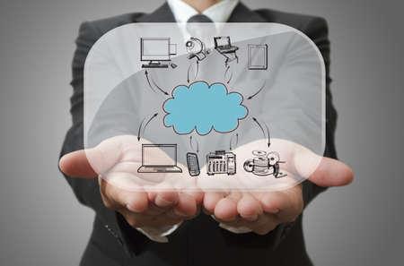 Hombre de negocios que muestra nube de red en placa de vidrio Foto de archivo