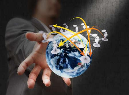 paz mundial: sosteniendo un globo terr�queo brillante en sus manos