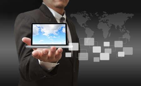 �resource: Hombre de negocios con estilo joven tocando botones de la interfaz virtual. Pilar de luz azul transparente. Futuro estilo interior bio en el fondo. Interfaces de recolecci�n.