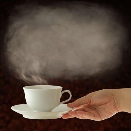 소박한 테이블에 볶은 콩의 삼 베 자루와 함께 커피 컵