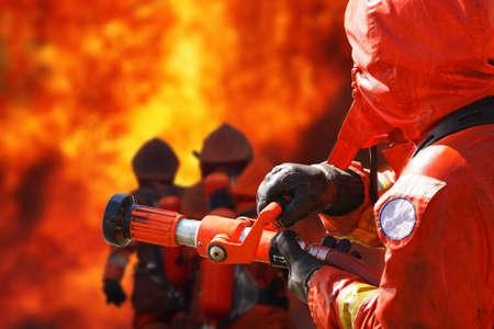 훈련 도중 화재 싸우는 소방관
