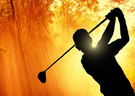 Golfspieler einen Ball auf dem Grün eines Golfplatzes Lizenzfreie Bilder