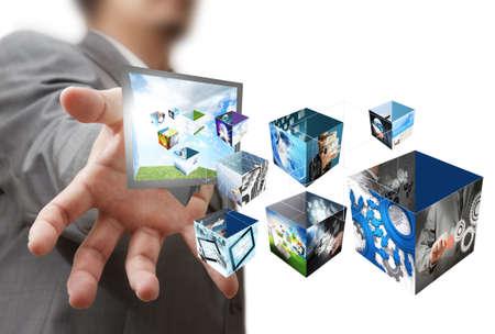 homme d'affaires affiche une boîte de créativité grâce aux 3 d images en streaming