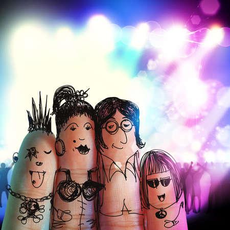 familia feliz con smiley pintado en los dedos humanos en el concierto de música Foto de archivo