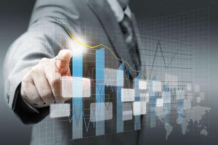 informe comercial: mano de hombre de negocios virtual toque gr�fico, gr�fico, diagrama Foto de archivo