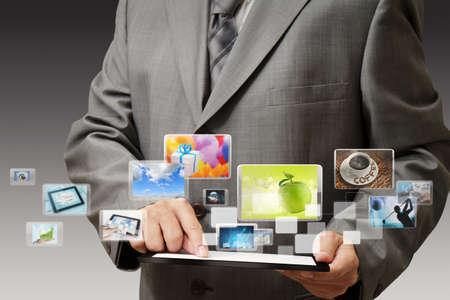 obchodní ruka ukazuje dotykový mobilní telefon s streaming obrázků Reklamní fotografie