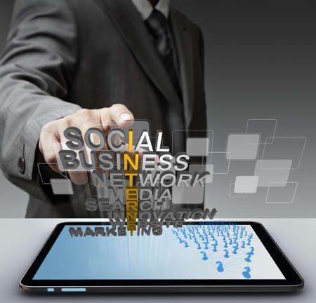 tiếp thị: Mặt cảm ứng người đàn ông kinh doanh khái niệm internet mettalic 3D và các nút ảo