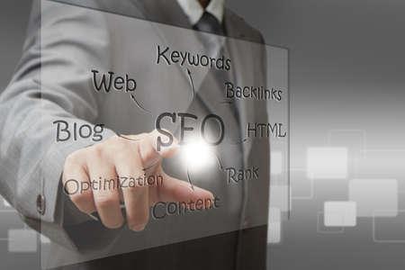Geschäftsmann Hand Punkt auf SEO-Diagramm-Bildschirm Lizenzfreie Bilder