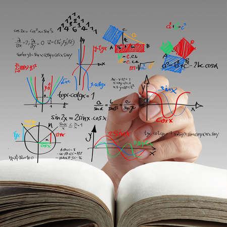 화이트 보드에 다양한 고등학교의 수학 및 과학적인 수식을 작성하는 남성 교사 스톡 콘텐츠