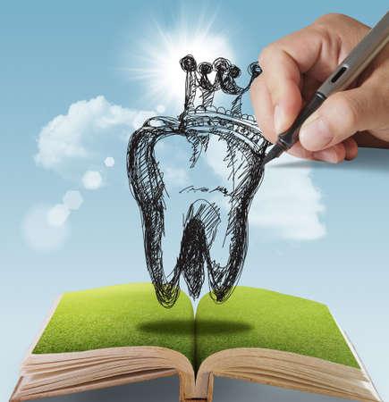 dientes con caries: libro abierto de dientes dibujados a mano y corona Foto de archivo
