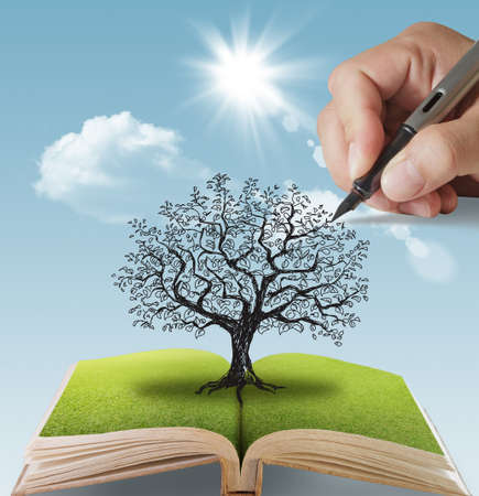 otevřená kniha z rukou vypracován velký strom