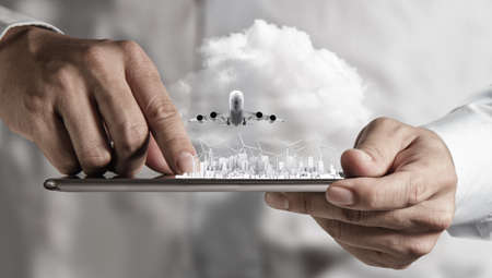telecomm: mano de hombre de negocios sostiene concepto touch pad