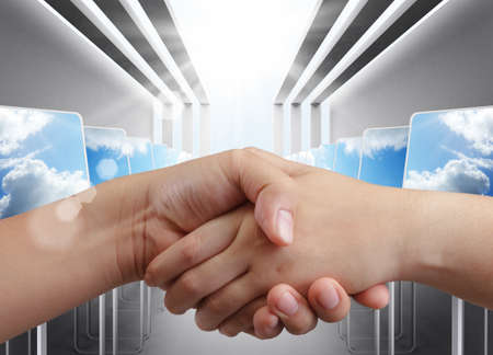 pacto: apretón de manos con el fondo de la sala de ordenadores