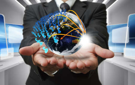 mundo manos: Mano del hombre de negocios sostiene red globo y social Foto de archivo
