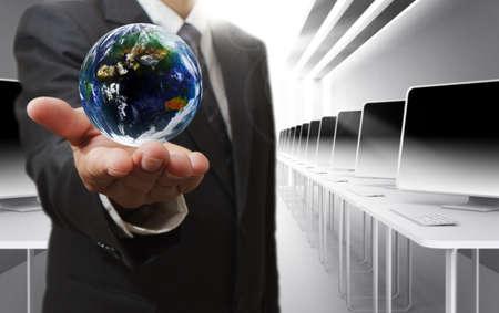 """elegant business man: Man mano affari tiene globo e sociale di rete """"Elementi di questa immagine forniti dalla NASA"""""""