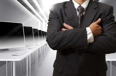 obchodní muž, učitel a počítačová učebna