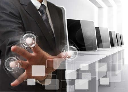 learning computer: mano dell'uomo d'affari controlla sala computer Archivio Fotografico