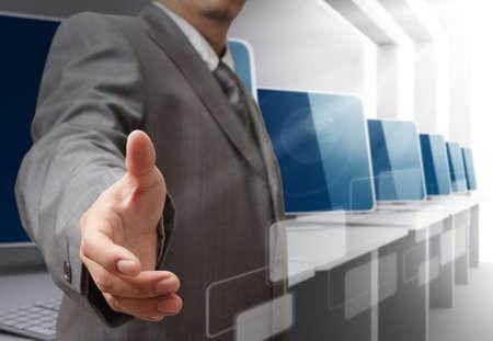 centro de computo: hombre de negocios que ofrece apretón de manos Foto de archivo