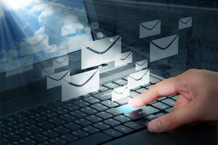 ruka stiskněte tlačítko a e-mailové Reklamní fotografie