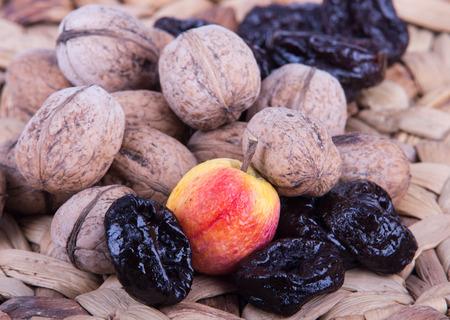 ciruela pasa: Prune, durazno seco y nueces con c�scara en la estera tejida