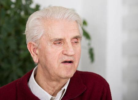 boca abierta: Retrato del hombre mayor que escucha con la boca abierta