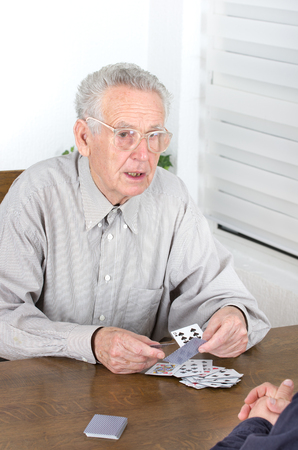 jeu de cartes: Vieil homme est d�sesp�r� pour perdre du jeu de cartes