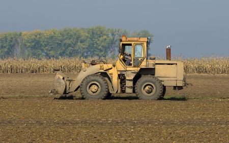 tierra fertil: Draga de trabajo en el campo con fines agr�colas