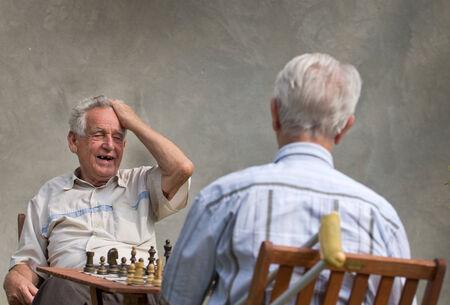jugando ajedrez: Los jubilados jugando al ajedrez en el patio Foto de archivo