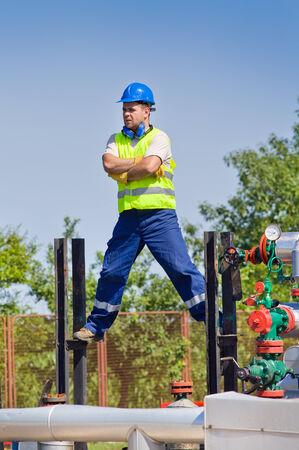 oil worker: Aceite de los trabajadores de pie en actitud peligrosa en la planta