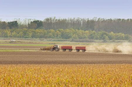 tierra fertil: Tractor con dos remolques conducci�n en tierra f�rtil
