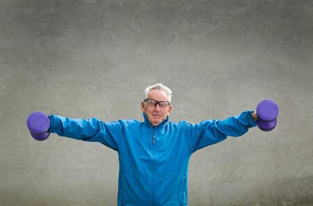 persona mayor: Hombre mayor en su formaci�n de los setenta y el levantamiento weigh