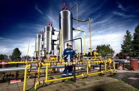oil worker: Operador en la industria de producci�n de gas natural Foto de archivo