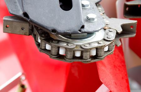 herramientas de mecánica: Cierre plano de la cadena en el engranaje en la máquina agrícola