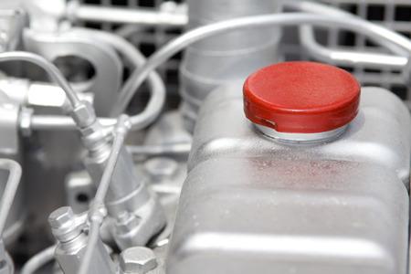 tanque de combustible: Cierre para arriba del tanque de combustible en el motor de un coche