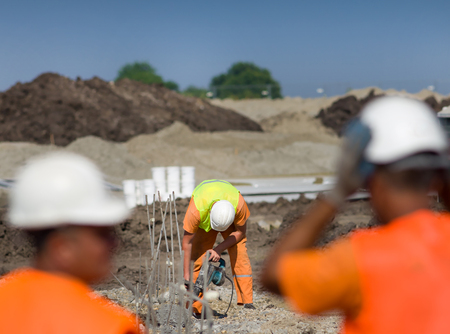 presslufthammer: Construction worker holding jackhammer and breaking reinforced piles in the ground